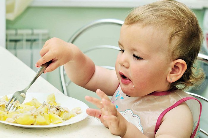 ребенок ест без помощи родителей