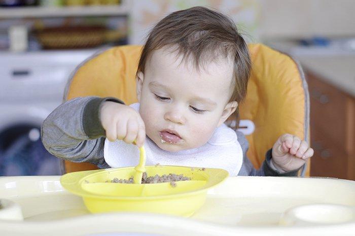 ребенок ест дома самостоятельно