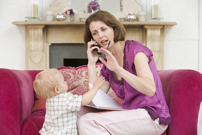 малыш пытается привлечь внимание мамы к себе