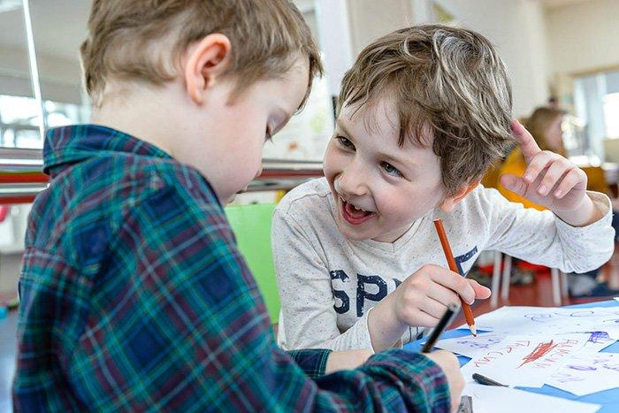 дети общаются друг с другом
