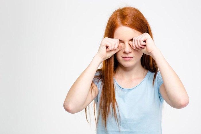 девушка чешет глаза