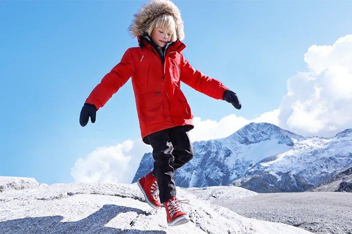 ребенок в теплой зимней куртке