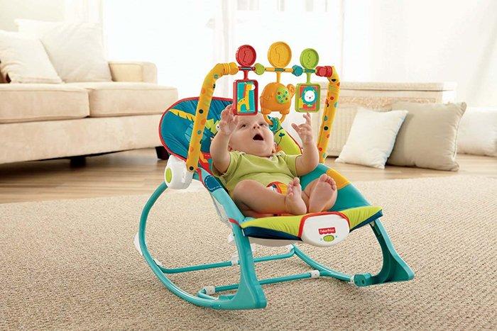 шезлонг с игрушками