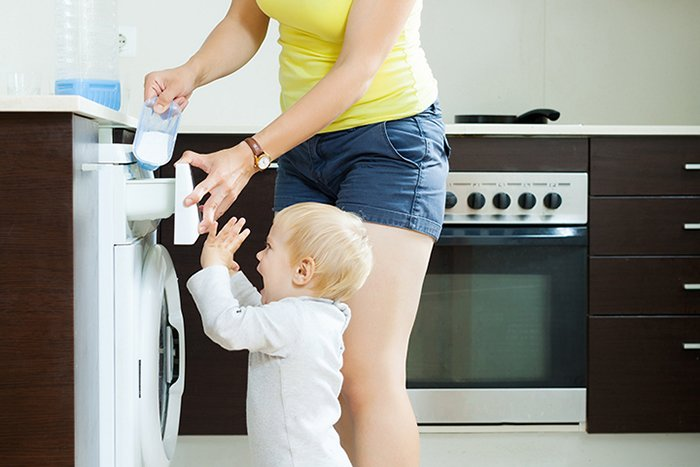 малыш помогает маме стирать