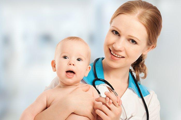 малыш на руках врача