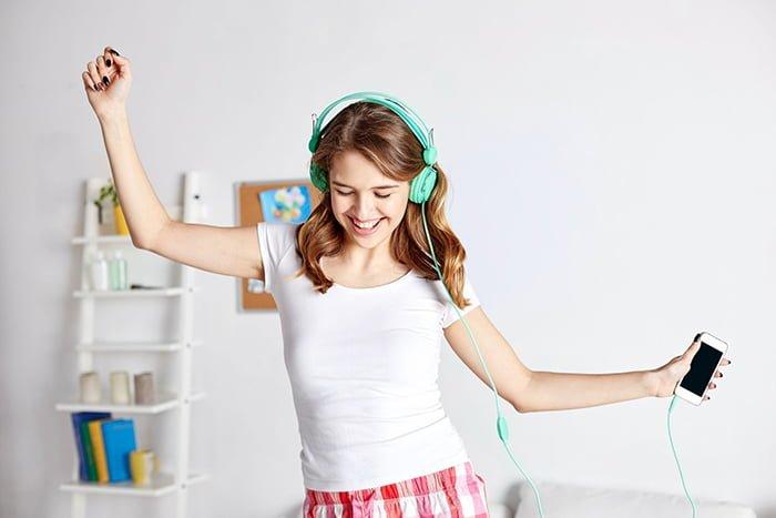 девушка танцует под музыку