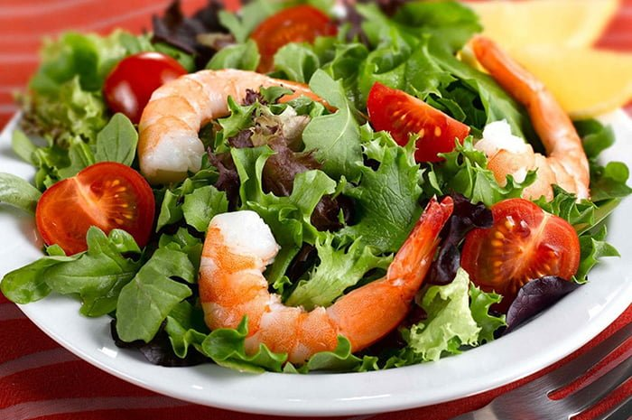 легкий салат с креветками и помидорами для ребенка
