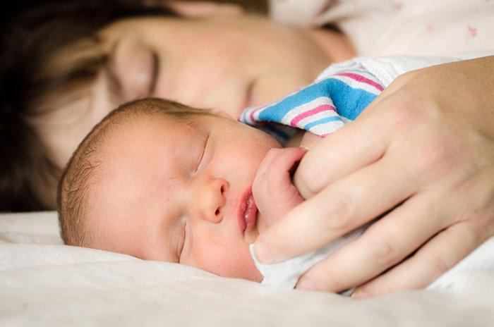 грудничок спит с мамой