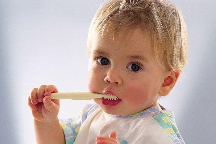 ребенок чистит зубы самостоятельно
