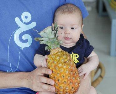 малыш с ананасом