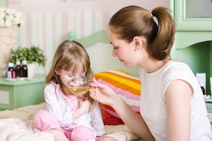 мать дает чай ребенку