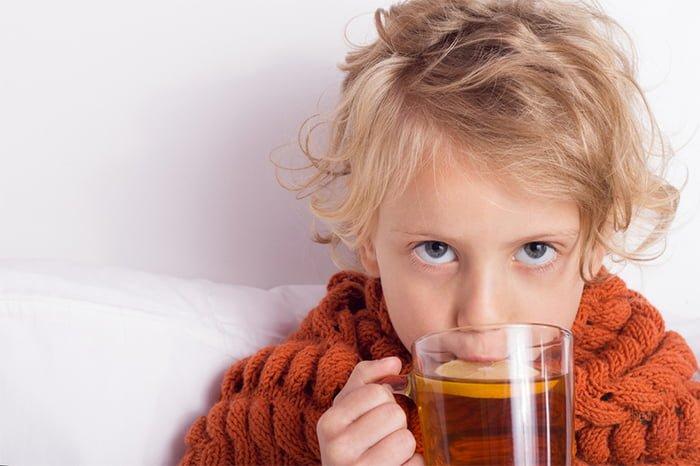 ребенок пьет чай с лимоном