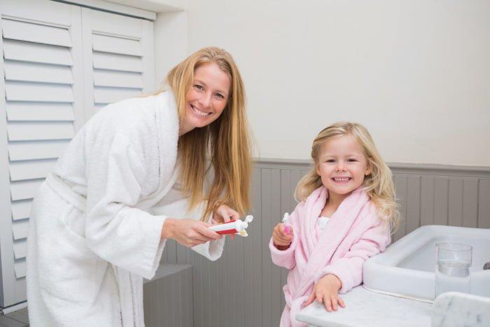 совместная чистка зубов с ребенком