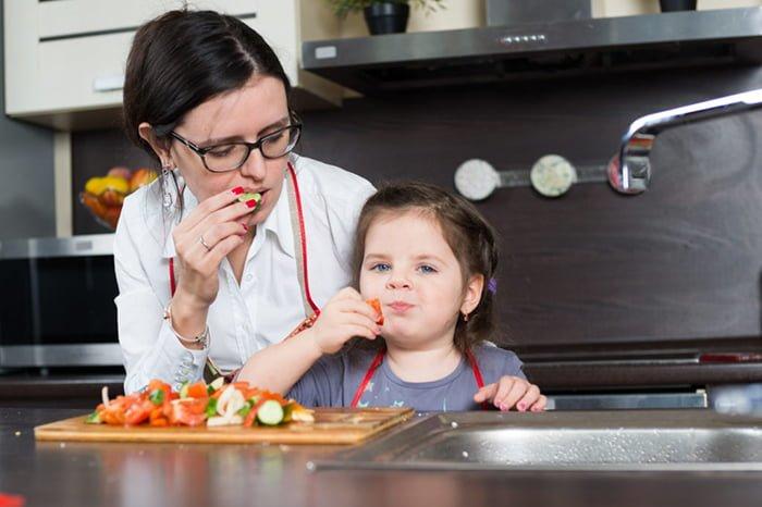 мама с ребенком ест овощи