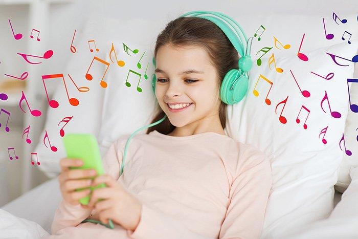 девочка слушает музыку в наушниках