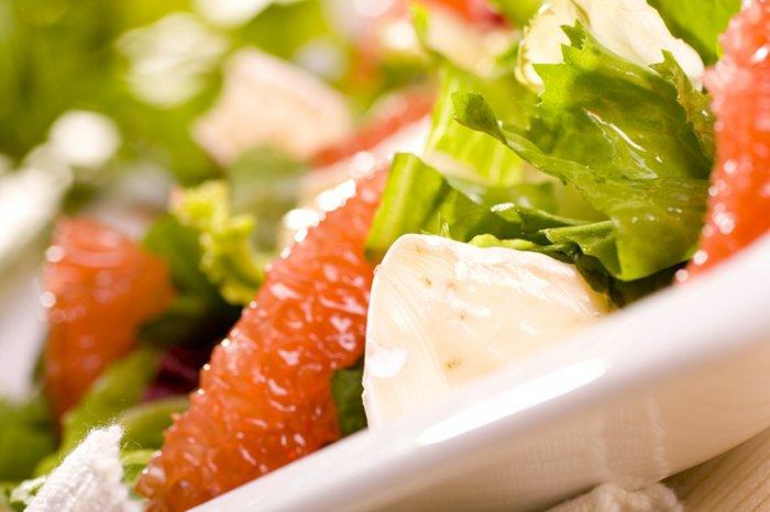 салат с грейпфрутом и мягким сыром для ребенка