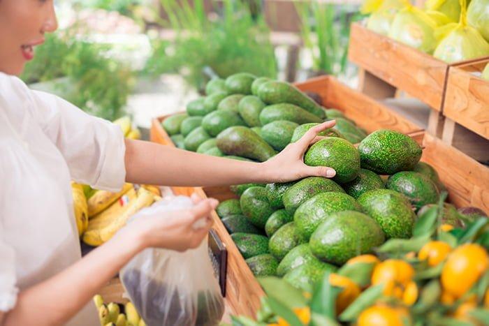 покупка фруктов в магазине