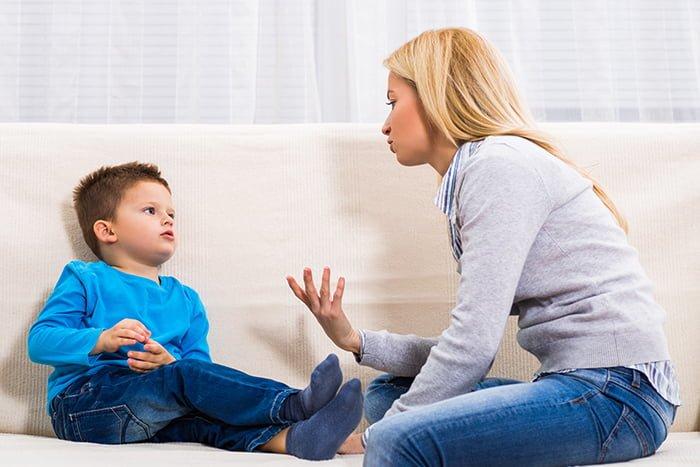 мама объясняет ребенку, что врать плохо
