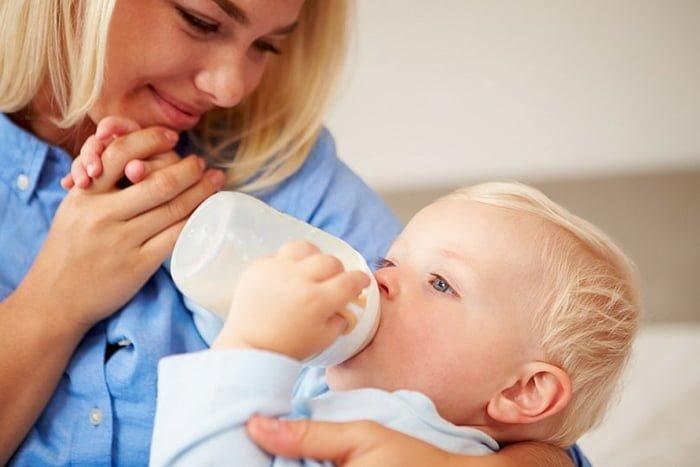 кормление молочной смесью