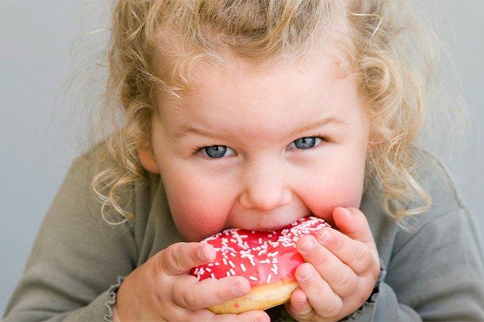 ребенок ест пончик