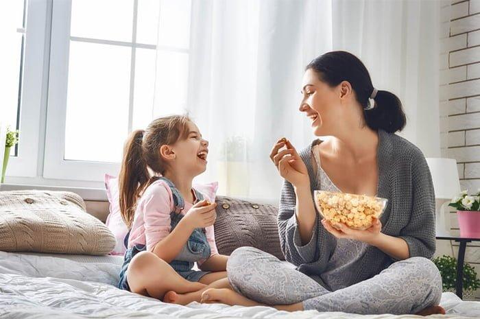 мама с дочкой едят попкорн