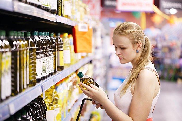 выбор растительного масла в магазине