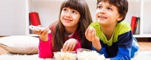 дети едят попкорн и смотрят фильм