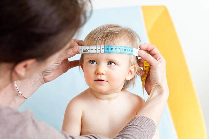 измерение охвата головы у малыша