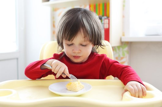 ребенок ест омлет