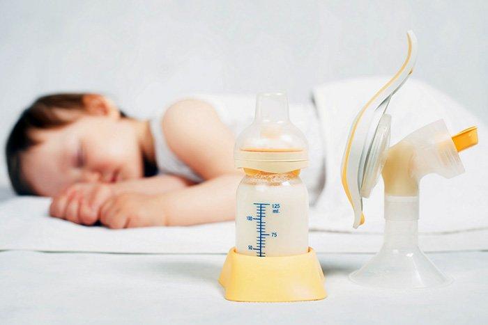 кормление сцеженным грудным молоком