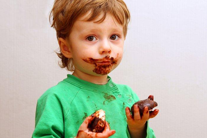 ребенок ест халву