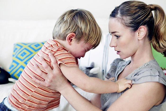 ребенок капризничает перед мамой