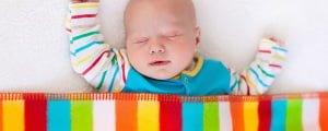 малыш спит под одеялом