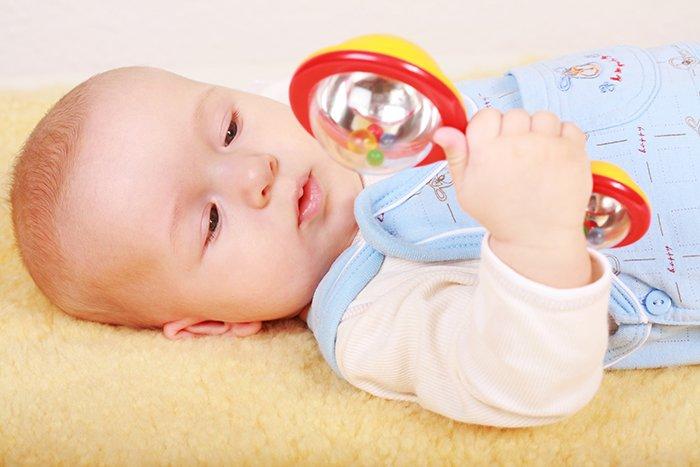 Фото ребенка с погремушкой 86
