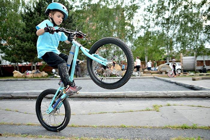 ребенок делает трюк на велосипеде