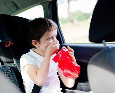 Ребенка укачивает в машине