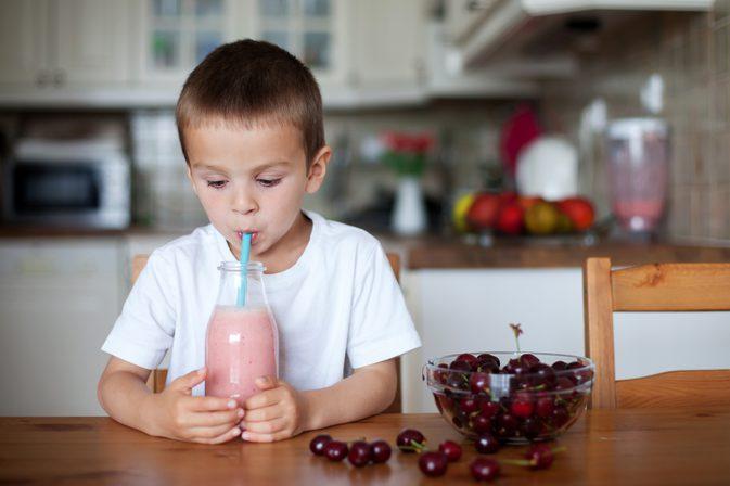 Молочный коктейль с вишней для ребенка