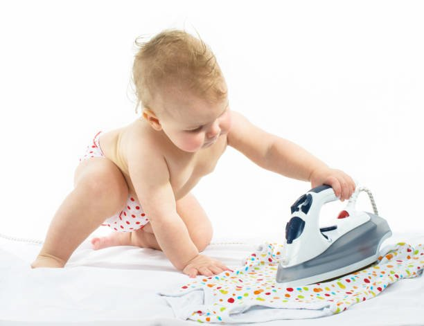 Ребенок гладит вещи