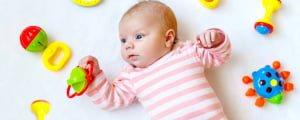 Новорожденный и погремушки