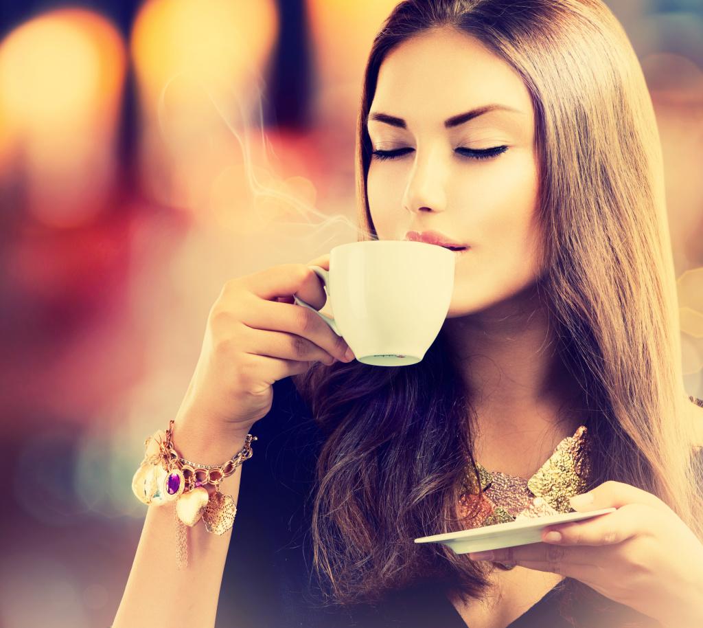 Девушка пьёт кофе