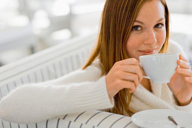 Женщина пьёт ромашку