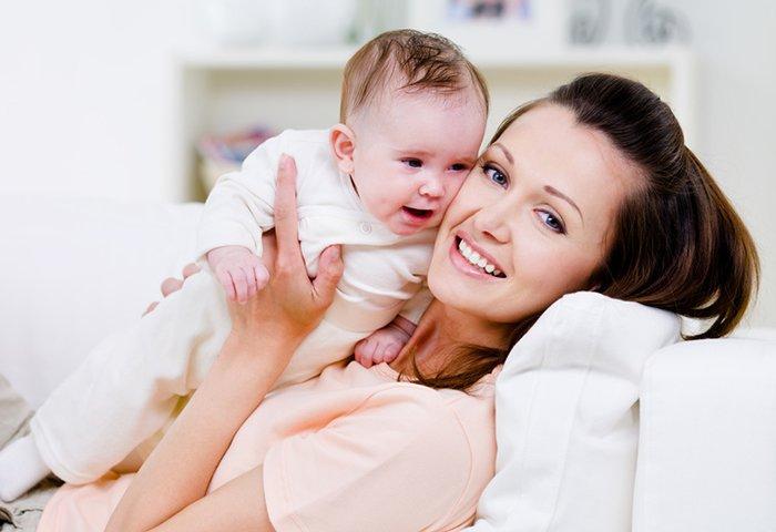 молодая мама с ребенком