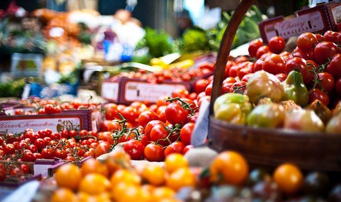 томаты на рынке
