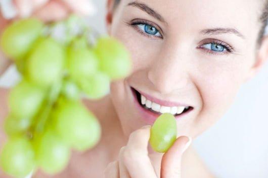 девушка ест виноград