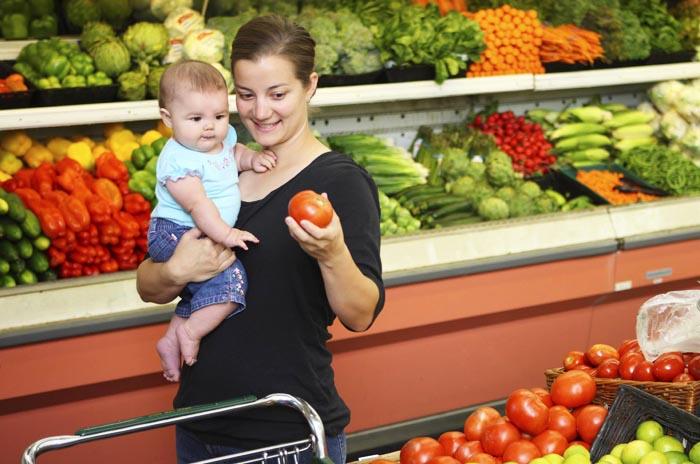 мама с ребенком выбирает продукты