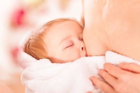 Ребенок кусает грудь
