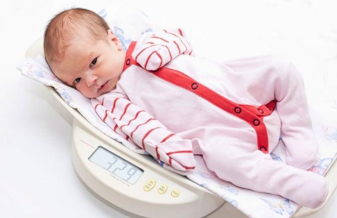 Физическое развитие ребенка в 1 месяц