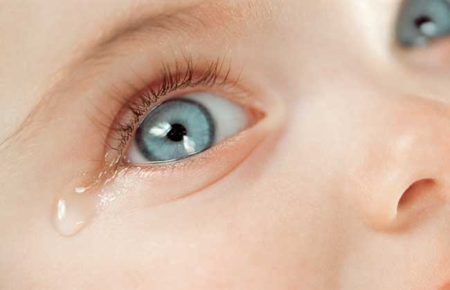 Слезятся глаза у новорожденного