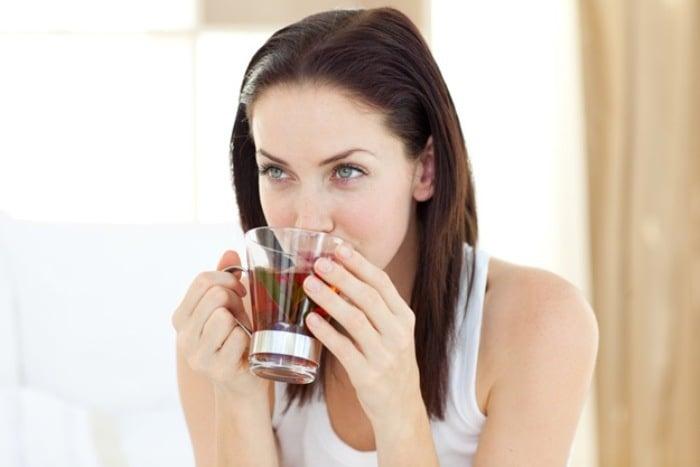 девушка пьет чай с мелиссой