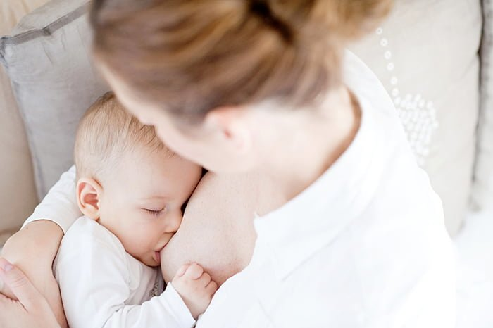малыш пьет грудное молоко